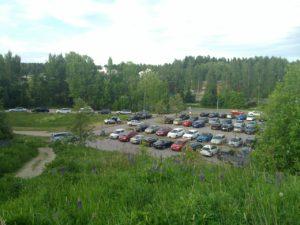 Malminkartanon täyttömäen parkkipaikka näyttää tältä arkipäivisin. (Kuva: Marko Ekqvist, toukokuussa 2016.)